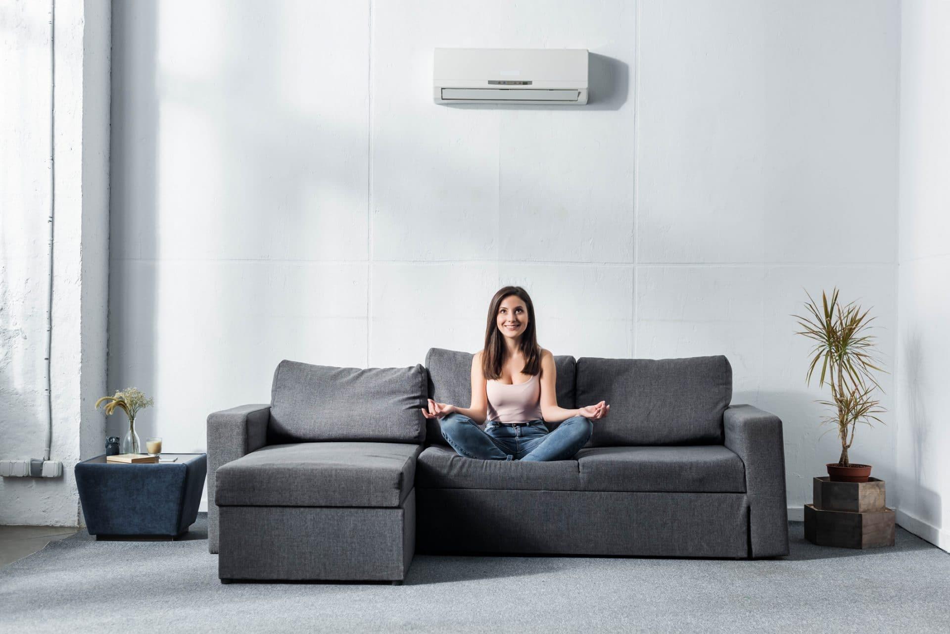 un climatiseur dans un salon avec une femme
